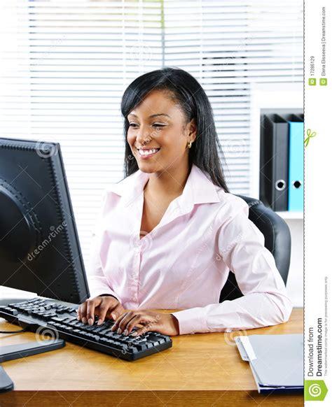 femme au bureau femme d 39 affaires heureuse au bureau images libres de droits image 17286129