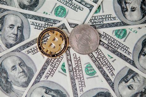Compara los tipos de cambio dólar estadounidense a bitcoincostos porcentuales por diversas tipologías de servicios. Bitcoin dorado en la parte superior de la pila de billetes de cien dólares que representan la ...