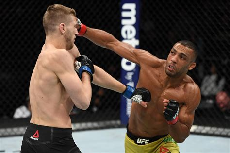 Charles oliveira, edson barboza earn $75,000 in performance of the night bonuses the bonuses were increased by $25,000 thanks to tony ferguson's comments earlier in the week Súper Seis: Edson Barboza | UFC