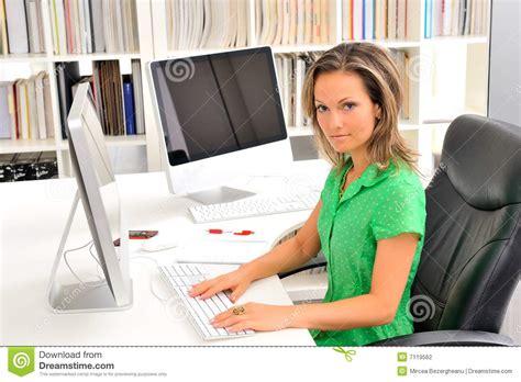 femme au bureau beau femme au bureau photo stock image du
