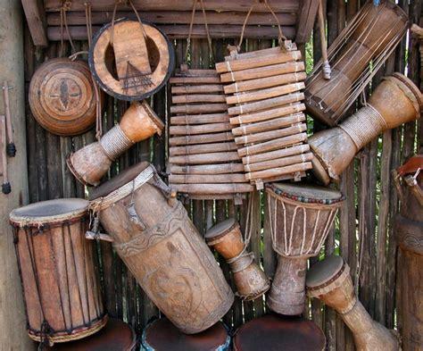 Dalam bermain musik pianika dapat digunakan untuk memainkan melodi pokok, kontra melodi, bila memungkinkan mengetahui cara memainkan alat musik pianika, yaitu dengan cara meniupkan udara pada selang peniup (mouth piece) sambil menekan tuts yang ada. 13+ Contoh Alat Musik Ritmis Beserta Penjelasan-Nya TERBARU