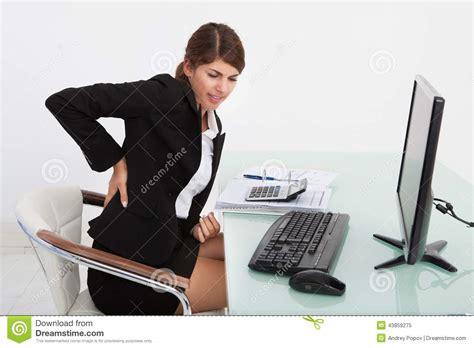 amour au bureau femme femme d 39 affaires souffrant du mal de dos au bureau d