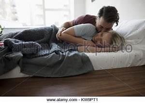 Im Bett Kuscheln : paar im bett beide lachen stockfoto bild 18976943 alamy ~ Watch28wear.com Haus und Dekorationen