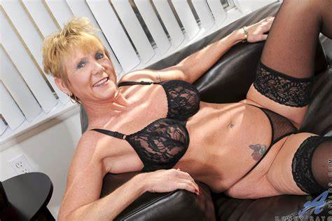 Beauty Shaved Granny Penetrated anilos