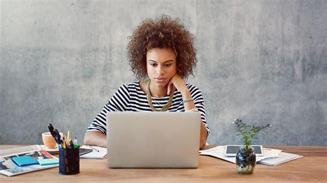 amour au bureau femme lire les mails à distance est un frein au bien être au