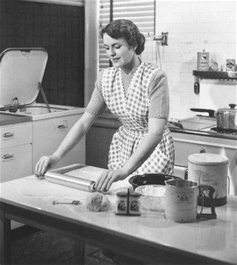 femme nue dans sa cuisine habitat et bureau la maison perd la pièce marketing