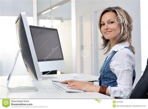 femme au bureau femme travaillant au bureau photos stock image 5276083