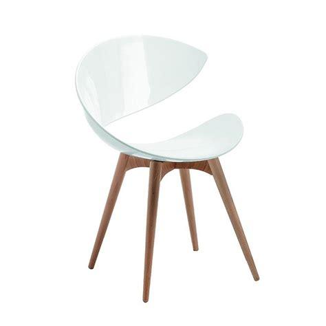 pied de chaise dans la chatte chaise blanche scandinave midj pied bois sur cdc design