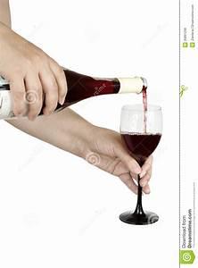 Weinglas Auf Flasche : bergeben sie das halten einer flasche rotweins mit glas und weinglas auf wei em hintergrund ~ Watch28wear.com Haus und Dekorationen