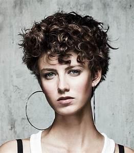 Coupe De Cheveux Bouclés Femme : coiffure femme cheveux courts boucles ~ Nature-et-papiers.com Idées de Décoration