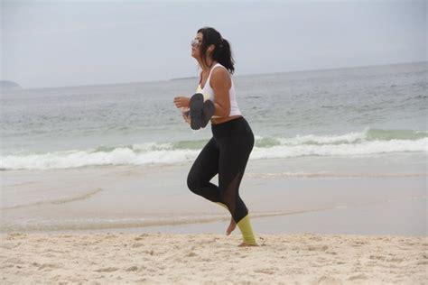 foto de EGO Mary Silvestre vai a praia no Rio e cigana lê sua