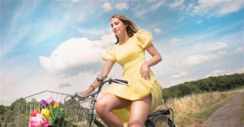 sans culotte au bureau vidéo faire du vélo en jupe sans montrer sa culotte c