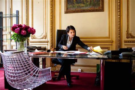 femme au bureau avec yvette roudy et bachelet au ministère des