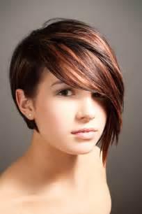coupe de cheveux femme tendance coupe asymétrique pour femme aux cheveux courts coiffure tendance femme 2017