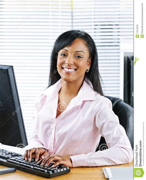 femme au bureau femme d 39 affaires heureuse au bureau photo stock