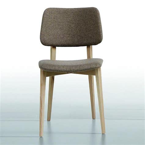 pied de chaise dans la chatte chaise scandinave midj tissu gris pieds bois sur cdc design