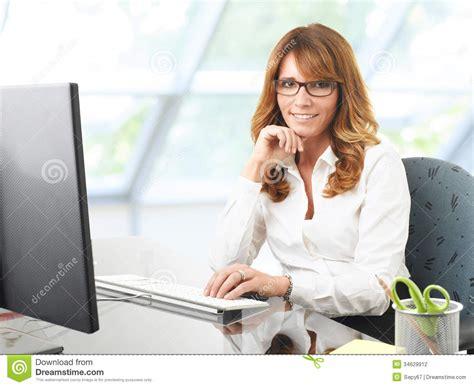 femme au bureau femme d 39 affaires de sourire au bureau avec un ordinateur