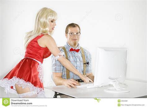 amour au bureau femme homme et femme au bureau d 39 ordinateur image stock image