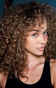 Coupe De Cheveux Bouclés Femme : coiffure cheveux frises long tendances 2018 ~ Nature-et-papiers.com Idées de Décoration