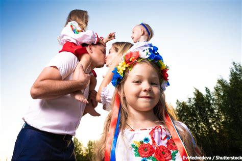 Сьогодні у українців є два чудових приводів для святкувань. 8 липня - День родини! Проведіть це свято зі своїми рідними!