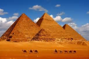 ピラミッド:ギザの三大ピラミッド(一番奥 ...