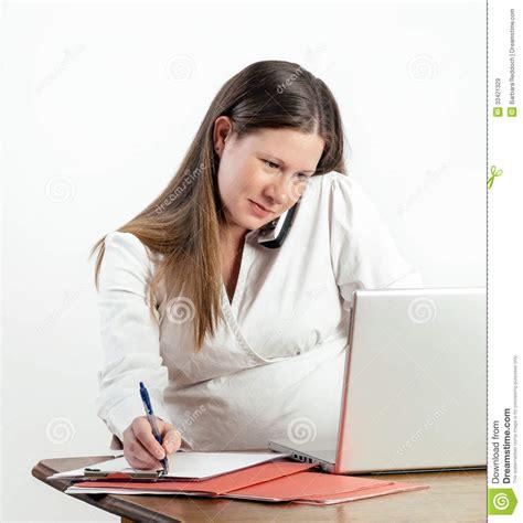 femme au bureau femme enceinte au téléphone à l 39 ordinateur portable