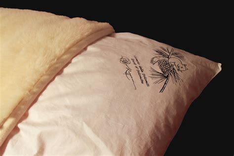 Il perla cirmolo è un cuscino traspirante ed anallergico con nucleo imbottito in morbidi fiocchi di il cirmolo (pino cembro) è un albero sempreverde che cresce nelle zone alpine intorno ai 2000 metri. Cuscino di Cirmolo con fodera in lana merinos, 80x50cm