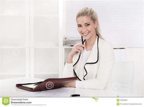 femme au bureau femme heureuse s 39 asseyant au bureau photo stock