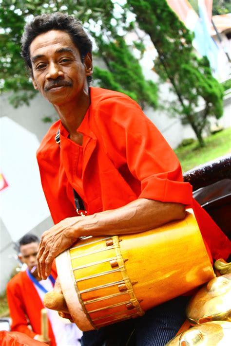 Inilah alat musik tradisional kebanggaan indonesia bagian timur, tifa. Ambon Manise
