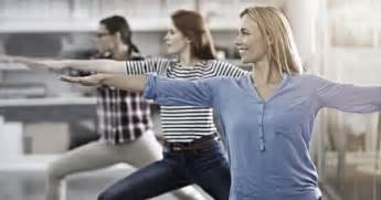 femme faisant l amour au bureau sport en entreprise des bienfaits pour le corps l