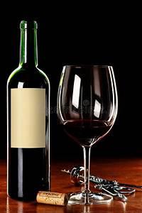 Weinglas Auf Flasche : weinglas und flasche mit unbelegtem kennsatz stockbild bild von flasche meldung 9030071 ~ Watch28wear.com Haus und Dekorationen